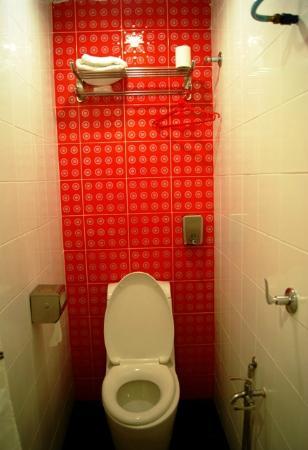 Joy Inn Hotel : extremely simple bathroom