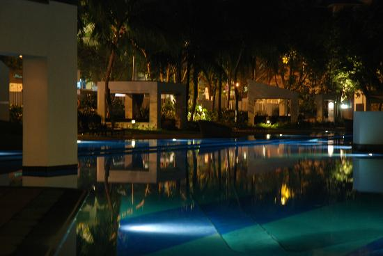 Orchard Scotts Residences by Far East Hospitality: Pool at night