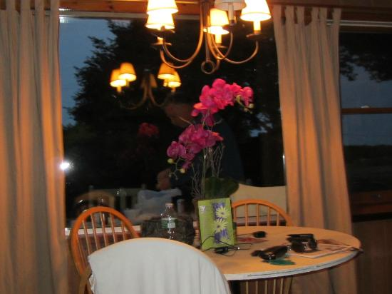 Hither House Cottages: Dining area with a view