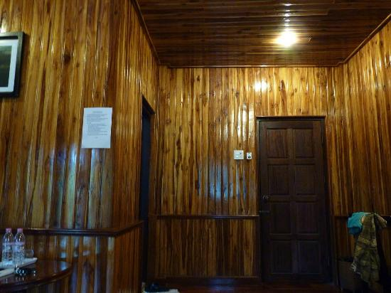 Alounsavath Guesthouse: Paredes de madera, techo de madera