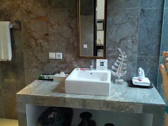 Kelapa Lovina Beach Villas Bar & Resto: Bathroom