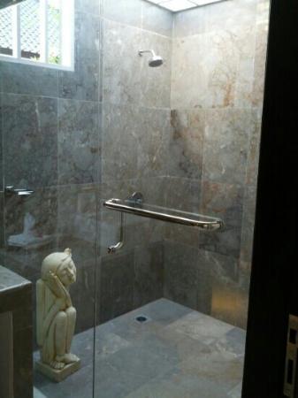 Kelapa Lovina Beach Villas Bar & Resto: Open air shower