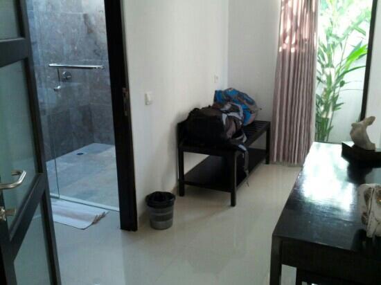 Kelapa Lovina Beach Villas Bar & Resto: Corridor in between bedroom and bathroom