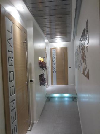 FACEtoFACE House: Couloir entre la réception et la chambre