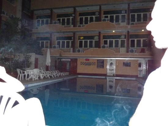 Swan Hotel Bangkok: Nachts am Pool beim Cocktail