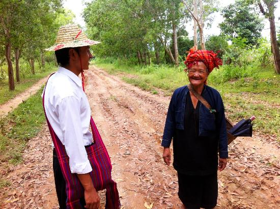 Golden Island Cottages - Nampan: Stopping to chat with the locals on the village trek