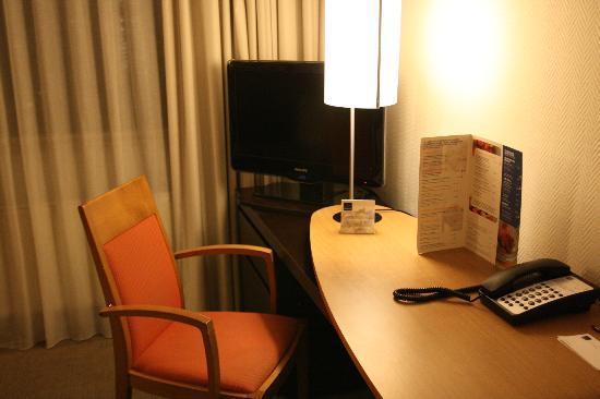Novotel Amsterdam City: Odanın multimedia bölümü
