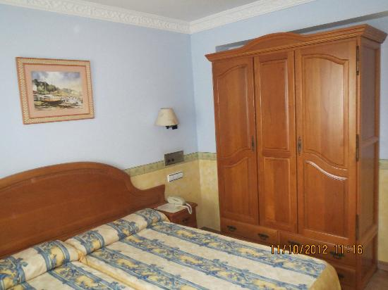Hotel Las Ruedas: Habitación amplia y muy limpia. Con 2 ventanas al exterior.