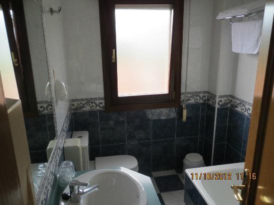 Hotel Las Ruedas: Baño amplio, muy limpio y con ventana al exterior (muy importante)