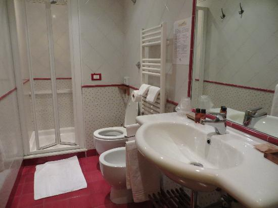 Locanda dei Poeti: Very nice bathroom with great shower