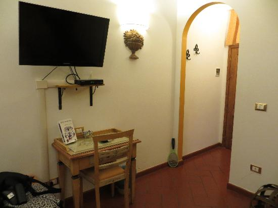 Locanda dei Poeti: View from bed towards tv and the door