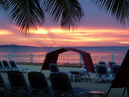 Royal Decameron Montego Beach: Lovely sunset after whole day of raining