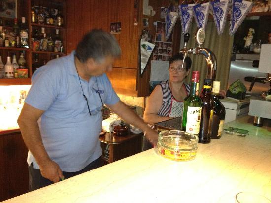 Aris Marie: Mama och papa i baren