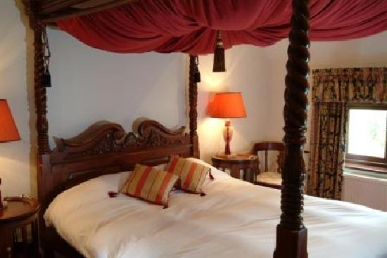 Golden Lion Hotel & Restaurant: Four Poster Room with Spa Bath