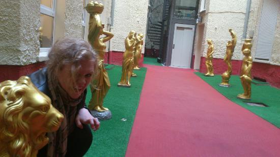 Zarenhof Berlin Mitte: The entrance between the front door and the elevator was great!