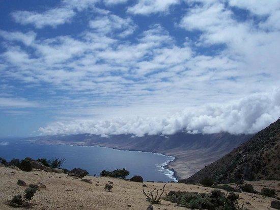 Chanaral, Chili : Steilküste mit Wolkenstau (Staunebel)