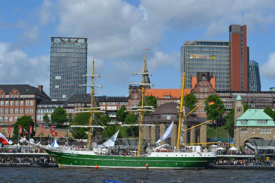 Port of Hamburg: The famous green tall ship owned by the Bremen brewery came to visit