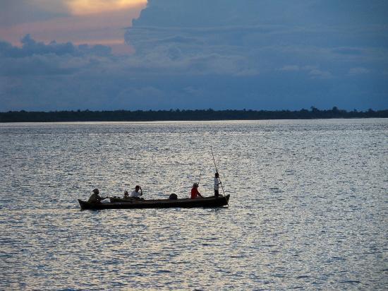 Hoga Island Dive Resort: iedere ochtend en avond gaan de mensen uit het dorp om de hoek met de boot vissen of boodschappe
