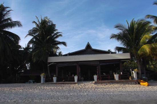 Phangan Rainbow Bungalows: Dining area from beach