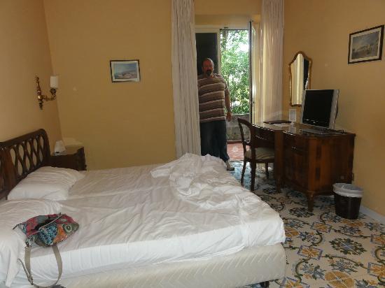 هوتل ألفا: La chambre avec sa petite terrasse 