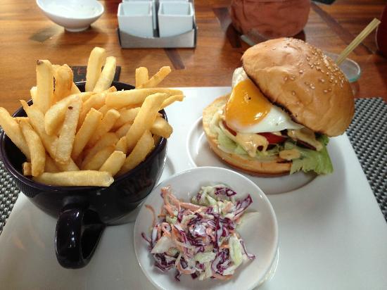 دبليو ريتريت آند سبا بالي سيمينياك: Wagyu beef burger at Fire during lunch (ala carte)