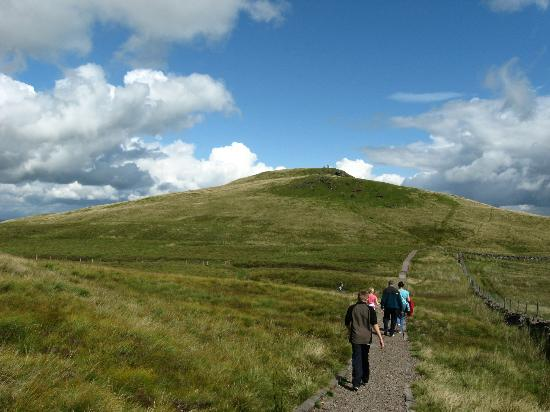 Lochwinnoch, UK: People walking towards Windy Hill