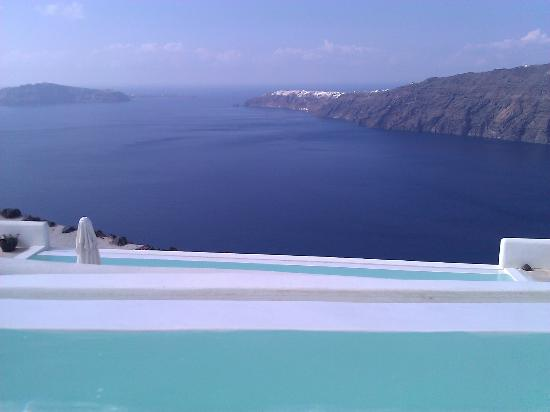 Rocabella Santorini Resort & Spa: Pool view over the Caldera