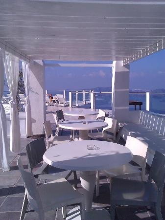 Rocabella Santorini Hotel: Poolside bar seating