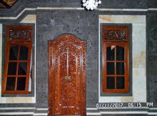 Jangkrik Homestay: Real Balinese wood carved doors and original stonework