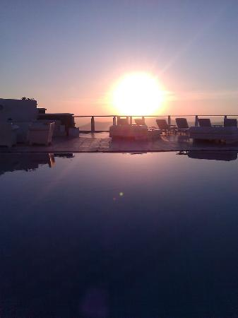 Rocabella Santorini Hotel: Sunset over the main pool