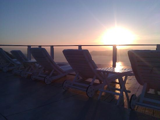 Rocabella Santorini Hotel: Sunset on the loungers