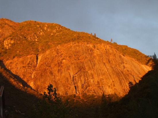 Yosemite View Lodge: Changing evening colours
