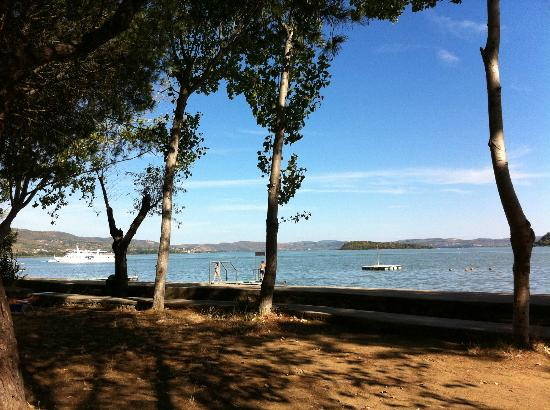 Camping Village Punta Navaccia : campingplaatsen aan het meer
