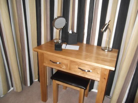 Ashberry Guest House : The desk/dressing table area in the bay window