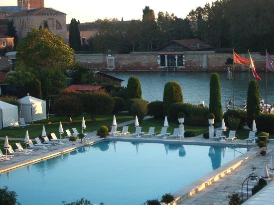 Belmond Hotel Cipriani: Hotel pool, canal and neighbouring island