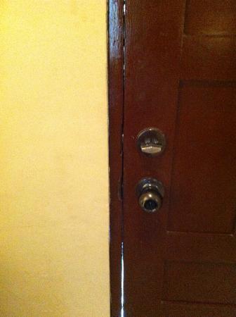 Hotel Mango Mar: Gaps around the door
