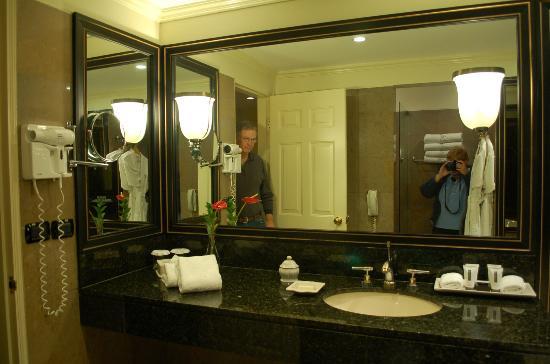 Belmond Miraflores Park: large vanity area in bathroom