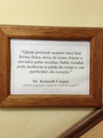 Morro Azul, RJ: placa ao lado das escadas na recepção - o hotel tem 5/6 andares e não tem elevador