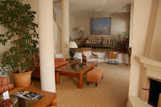 Mikasa Suites & Spa: Main lounge