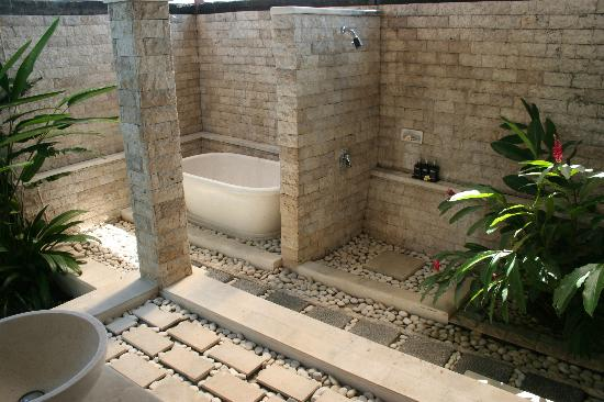 Bali Nyuh Gading Villa: The outdoor bath and shower facilities