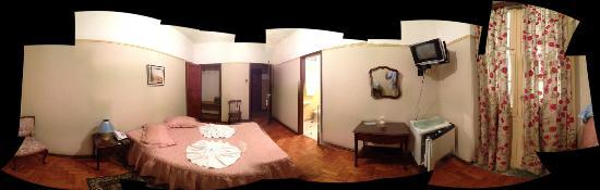 Morro Azul, RJ: quarto (em 360o - pode parecer um pouco distorcido) - veja os detalhes, o espelho....