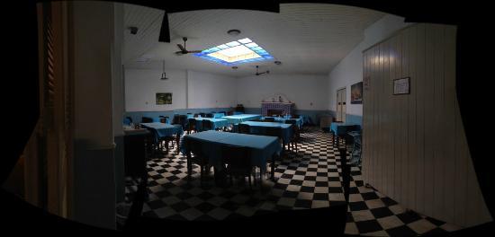 Morro Azul, RJ: restaurante, como se fosse um hospital de campanha da segunda guerra