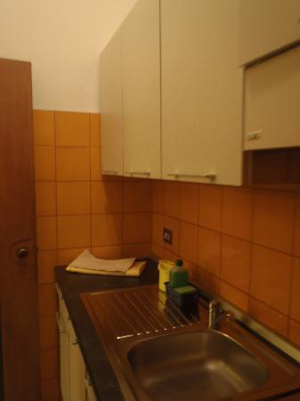 Residence Porta al Prato: Kitchen, drawers stuck shut by door