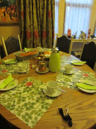 Bridies Bed and Breakfast: breakfast table