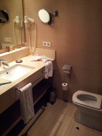 Condado Hotel Barcelona: Banheiro apartamento