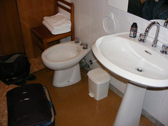Hotel Felice: Sink and beday (sp) next to bed.