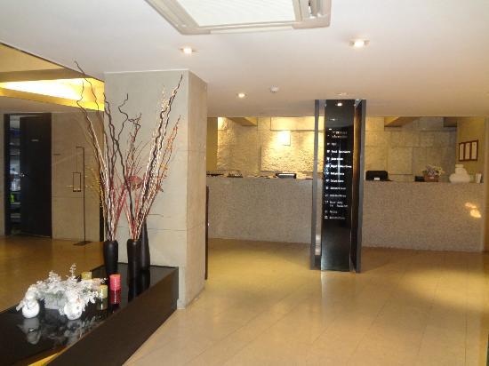 Tria Hotel: Reception counter