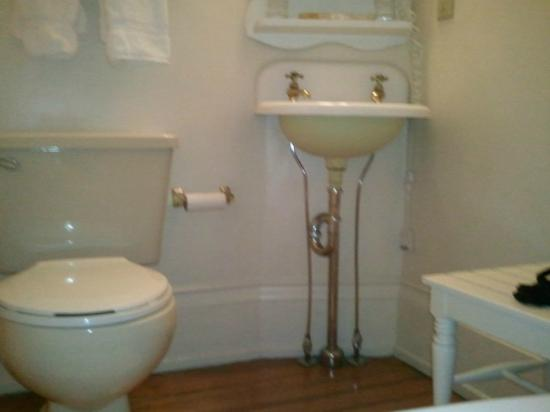The Spencer Hotel and Spa: Toilet and sink