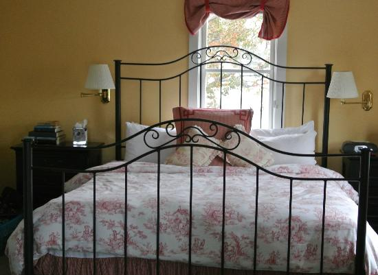 Five Gables Inn & Spa: 8 foot wide bed...