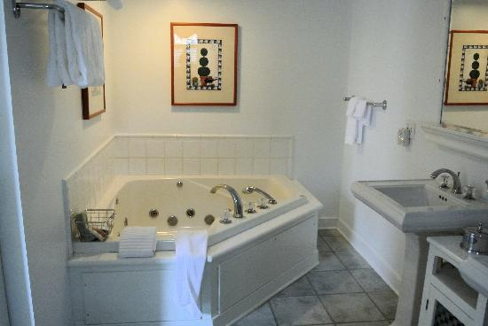 Five Gables Inn & Spa: Jacuzzi bath